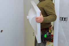 a casa remodela desenhos com o projeto da casa, instalando a vaidade contrária do banheiro da torneira foto de stock