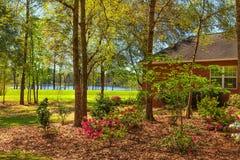 Casa residencial com jarda colorida Imagens de Stock Royalty Free
