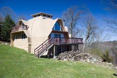 Casa residencial de la bóveda geodésica foto de archivo