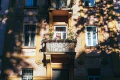 Casa residencial europeia tradicional com balconys com flores e os vasos de flores coloridos Imagem de Stock Royalty Free