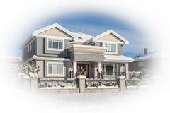 Casa residencial luxuosa com jardim da frente na neve no dia ensolarado do inverno imagem de stock