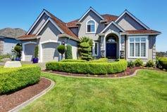 Casa residencial luxuosa com o jardim dianteiro perfeitamente mantido fotos de stock