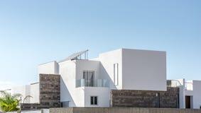 Casa residencial luxuoso com arquitetura moderna na frente do céu ensolarado fotos de stock