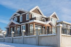 Casa residencial luxuoso na neve no dia ensolarado do inverno em Canadá imagens de stock royalty free