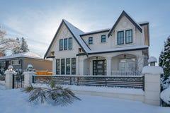 Casa residencial luxuoso na neve no dia ensolarado do inverno em Canadá imagens de stock
