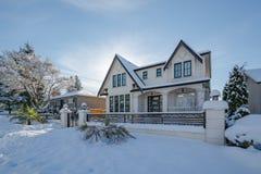 Casa residencial luxuoso na neve no dia ensolarado do inverno em Canadá fotografia de stock