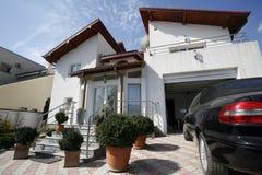 Casa residenziale con il garage Fotografie Stock Libere da Diritti