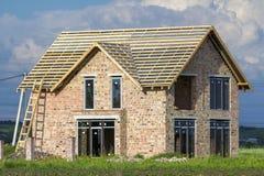Casa residenziale a due piani con le finestre di plastica, l'ampia porta e Fotografia Stock Libera da Diritti