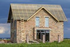 Casa residenziale a due piani con le finestre di plastica, l'ampia porta e Fotografia Stock