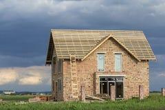Casa residenziale a due piani con le finestre di plastica, l'ampia porta e Immagine Stock