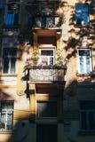 Casa residenziale europea tradizionale con i balconys con i fiori variopinti ed i vasi da fiori Immagine Stock Libera da Diritti