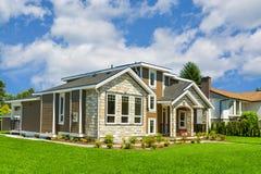 Casa residenziale ideale in vicinanza perfetta Casa w della famiglia fotografie stock libere da diritti