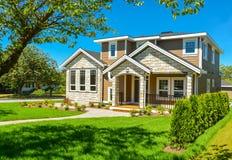Casa residenziale ideale in vicinanza perfetta Casa w della famiglia fotografia stock libera da diritti
