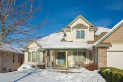 Casa residenziale il giorno soleggiato di inverno decorata per la celebrazione di Natale Fotografia Stock