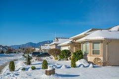 Casa residenziale il giorno soleggiato di inverno decorata per la celebrazione di Natale Fotografia Stock Libera da Diritti