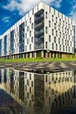 Casa residenziale nello stile contemporaneo con sei pavimenti, con la riflessione in acqua Fotografie Stock