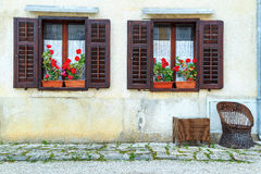 Casa retra con las flores frescas coloridas fotografía de archivo