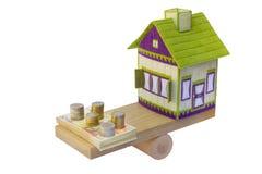 Casa ricamata nell'equilibrio con euro soldi Fotografia Stock