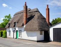 Casa ricoperta di paglia inglese bianca tradizionale in Inghilterra del sud Regno Unito Immagine Stock Libera da Diritti