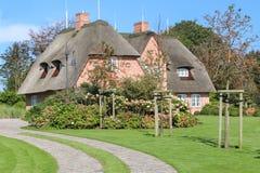 Casa ricoperta di paglia in Sylt, Germania Immagine Stock