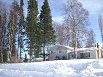 Casa rodeada por la nieve Foto de archivo libre de regalías