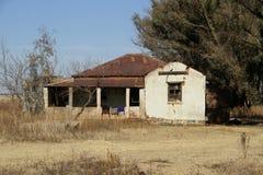 Casa roja abandonada vieja de la granja del tejado Imagen de archivo libre de regalías