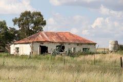 Casa roja abandonada vieja de la granja del tejado Foto de archivo libre de regalías