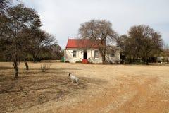 Casa roja de la granja del tejado Foto de archivo libre de regalías
