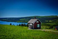 Casa roja del lago Imágenes de archivo libres de regalías