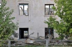 Casa roja destruida dos-famosa vieja en otoño con la arena alrededor Pobreza y miseria fotografía de archivo
