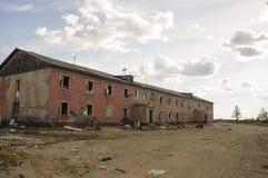Casa roja destruida dos-famosa vieja en otoño con la arena alrededor Pobreza y miseria, del norte imagen de archivo libre de regalías