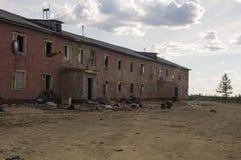 Casa roja destruida dos-famosa vieja en otoño con la arena alrededor Pobreza y miseria, del norte fotos de archivo libres de regalías