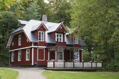 Casa roja en el bosque Foto de archivo libre de regalías