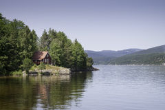 Casa roja en el lago Imagenes de archivo