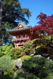 Casa roja en jardín japonés Fotografía de archivo