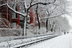 Casa roja en la nieve Fotografía de archivo libre de regalías