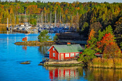 Casa roja en la orilla rocosa de la isla de Ruissalo, Finlandia Fotografía de archivo