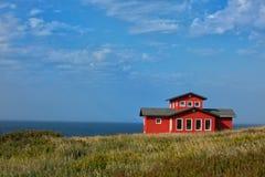 Casa roja en una tierra Foto de archivo