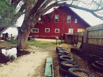 Casa roja grande en las montañas foto de archivo libre de regalías