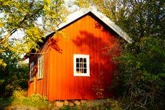 Casa roja tradicional Stangnes del jardín en Noruega Fotografía de archivo libre de regalías