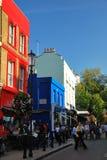 Casa roja y azul en el camino del portobello Imágenes de archivo libres de regalías