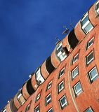 Casa roja y cielo azul Imagenes de archivo