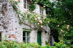Casa romântica com rosas fotografia de stock royalty free