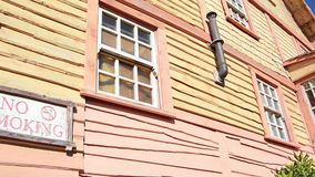 Casa rosa con il segno non fumatori su  archivi video