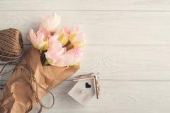 Casa rosa fresca dei tulipani, della cordicella e dell'uccello Immagine Stock