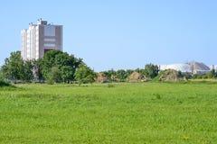Casa rosa multipiana sulle periferie di piccola città industriale e di una miniera di sale fotografia stock libera da diritti