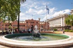 Casa Rosada σε Plaza de Mayo στο Μπουένος Άιρες με τον τουρίστα στο s Στοκ φωτογραφία με δικαίωμα ελεύθερης χρήσης