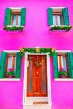 Casa rosada con la decoración de la Navidad en la isla Burano, Venic Imagen de archivo