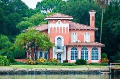 Casa rosada de la línea de costa Imagen de archivo libre de regalías