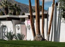 Casa rosada de la puerta del Palm Springs Fotografía de archivo libre de regalías